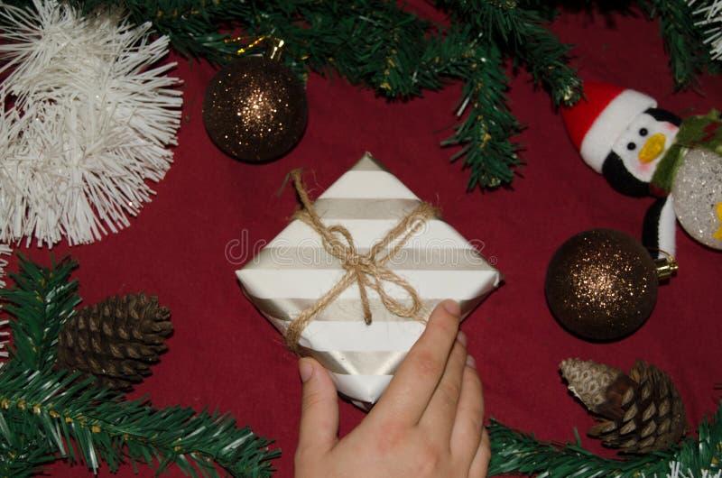 Det nya året eller jul lägger framlänges den bästa sikten av kvinnahanden som rymmer gåva royaltyfria foton