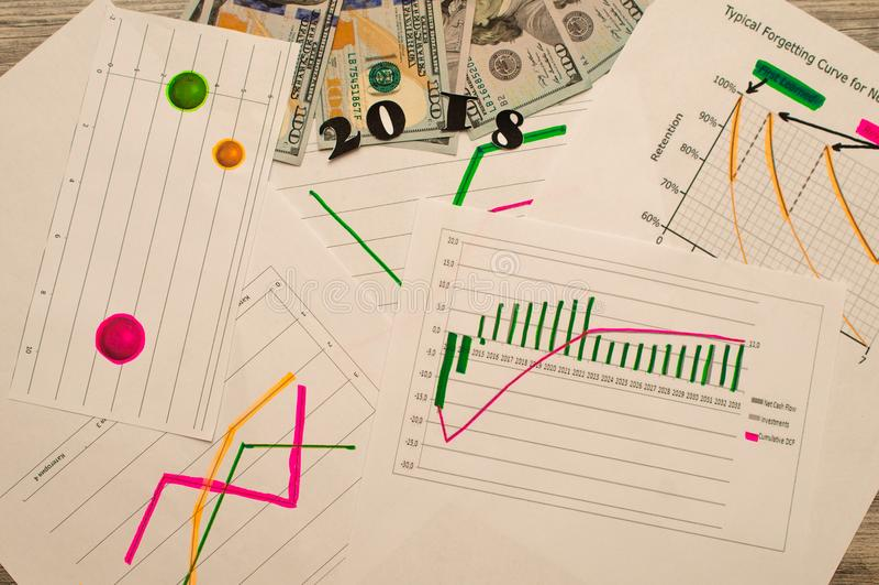 Det nya året planerar begrepp 2018 mål listar på notepaden med pengar på bakgrund arkivfoton