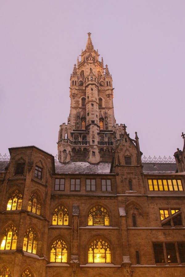 Det nya stadshuset på skymning i vintertid Marienplatz munich germany arkivfoton