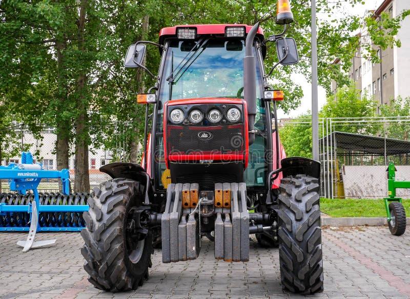 Det nya Vitryssland traktorslutet sköt upp den lokala mässan för al royaltyfri bild