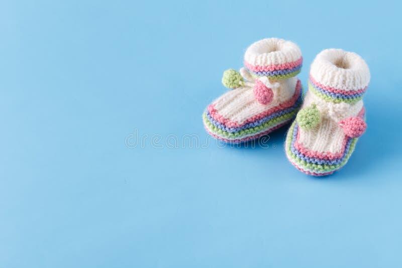 Det nyfödda meddelandet behandla som ett barn byten på blått med kopieringsutrymme arkivfoto