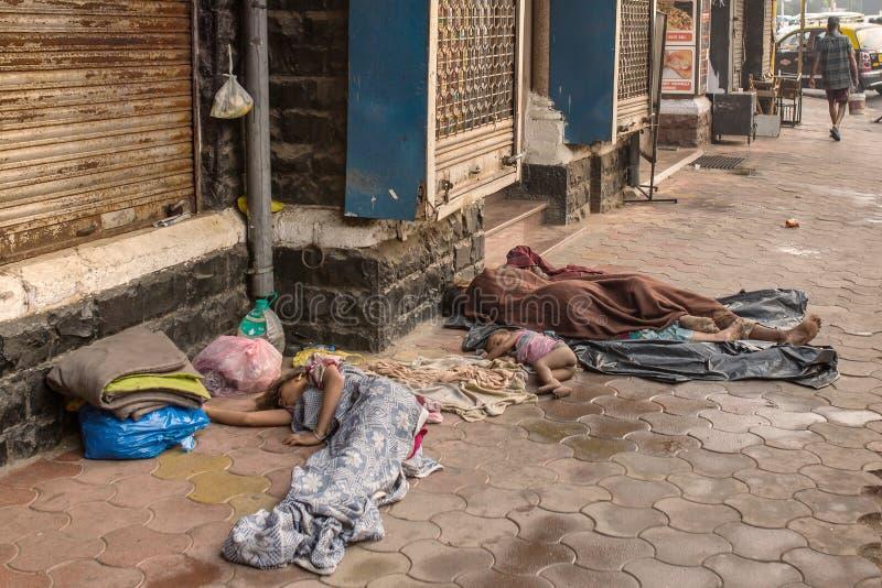 Det oidentifierade fattiga folket sover på gatan i Mumbai, Indien fotografering för bildbyråer