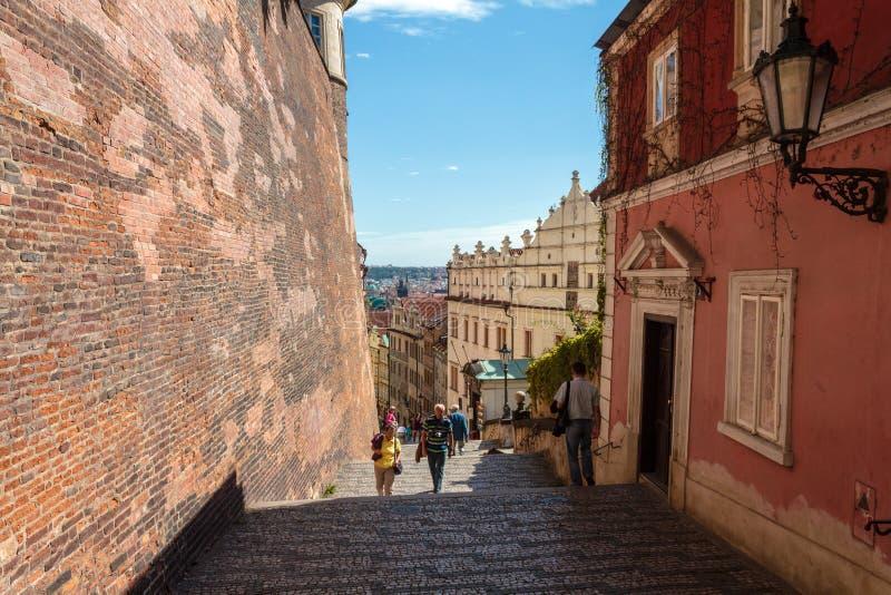 Det oidentifierade folket går ner trappan som leder från den Prague slotten till Mala Strana royaltyfri fotografi