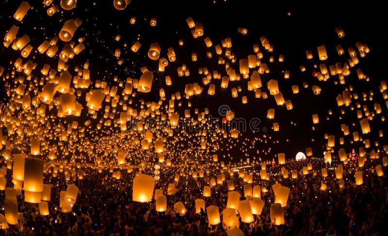 Det oidentifierade folket lanserar himmellyktor till himlen i den Loy Kratong festivalen fotografering för bildbyråer