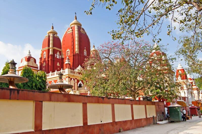 Det oidentifierade folket nära den Laxminarayan templet är en tempel i Delhi, Indien royaltyfria bilder