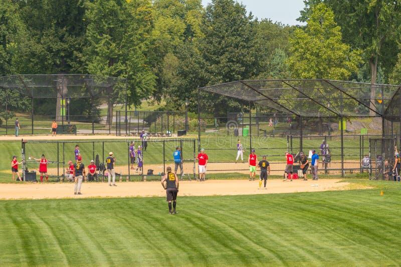 Det oidentifierade folket spelar amatörmässig baseball i Central Park royaltyfria foton