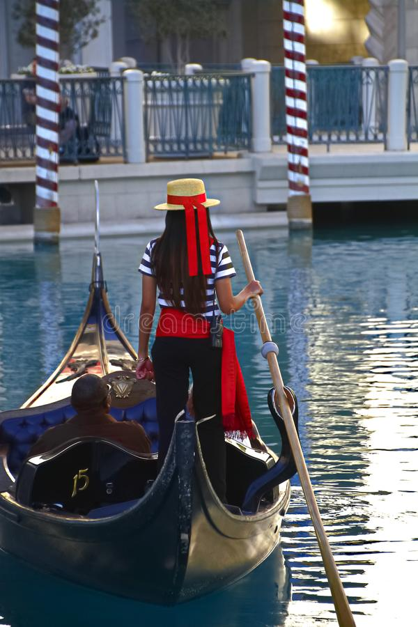 Det oidentifierade folket tar gondolritt på det Venetian semesterorthotellet och kasinot arkivbild