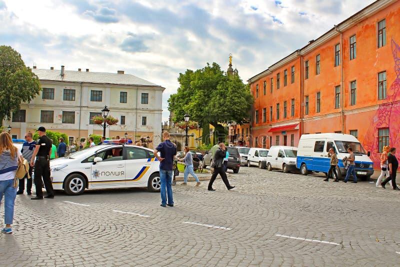 Det oidentifierade folket vilar på gatan i Kamianets-Podilskyi, Ukraina royaltyfria bilder