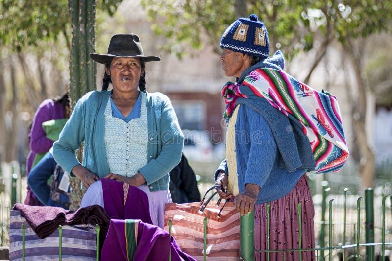 Det oidentifierade infödda infödda Quechua folket i traditionella kläder på den lokala Tarabucoen söndag marknadsför, Bolivia royaltyfria bilder
