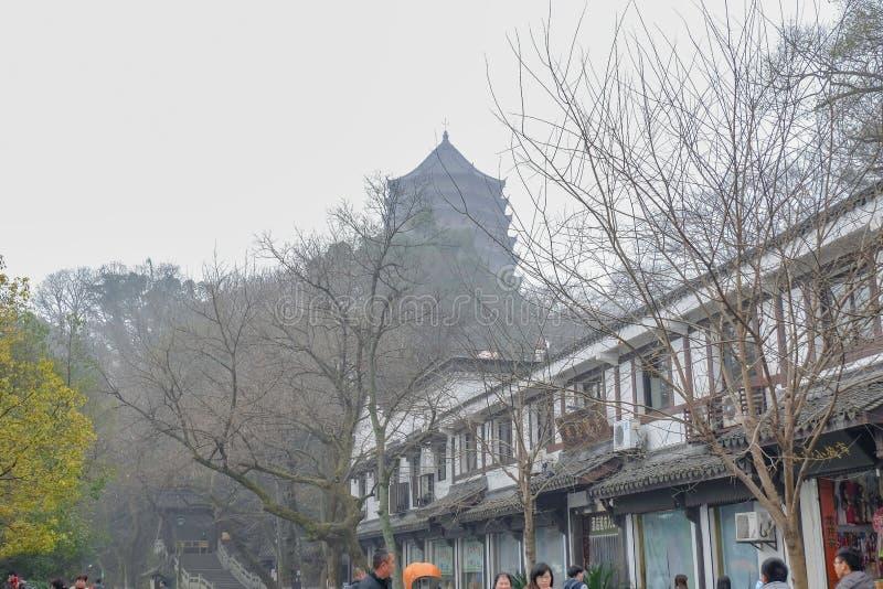 Det oidentifierade kinesiska folket går i gångbanan bredvid den mest lakewest sjön för xihuen arkivfoton