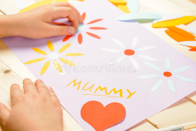 Det oigenkännliga barnet gör kortet arkivbild