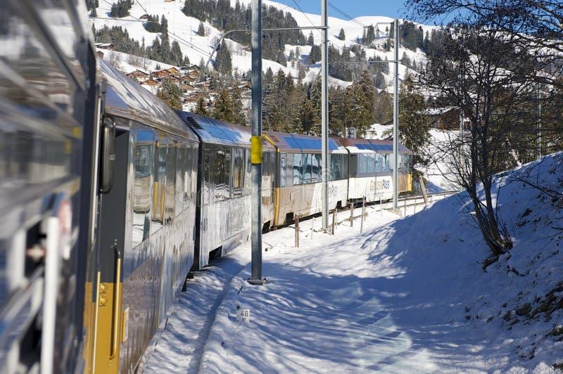 Det Olden passerandedrevet i schweiziska fjällängar förbinder Montreux till Lucerne i Schweiz arkivfoton