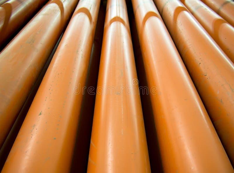 Det orange PVC-röret för framställning av yttre sanitetsväsen arkivbilder