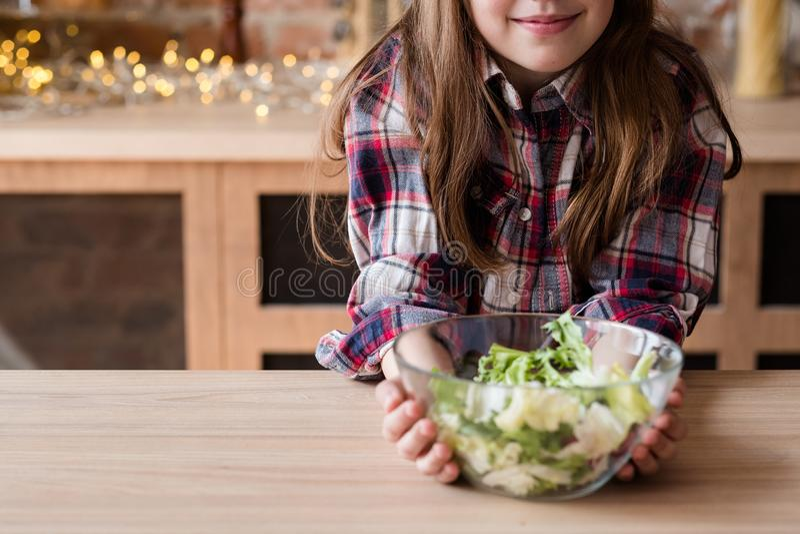 Det organiska strikt vegetariannäringbarnet bantar grön sallad royaltyfri fotografi