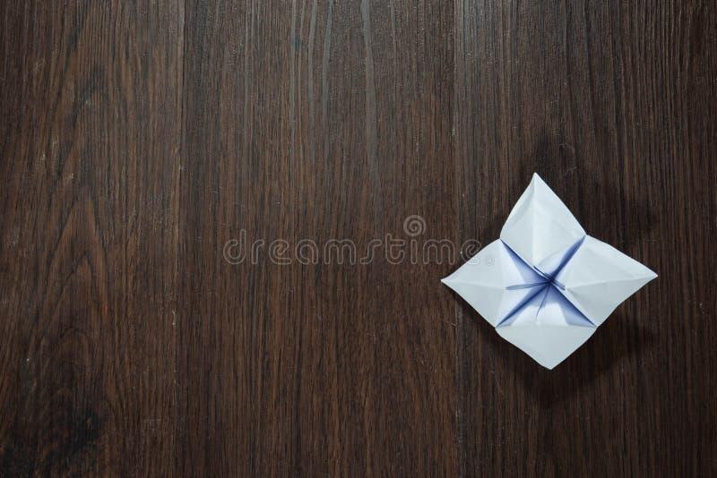 Det papper som används för att förutsäga ödet kallas Papper Fortune Tellers Placerad på en golv av trä Klar att användas för att  arkivfoto