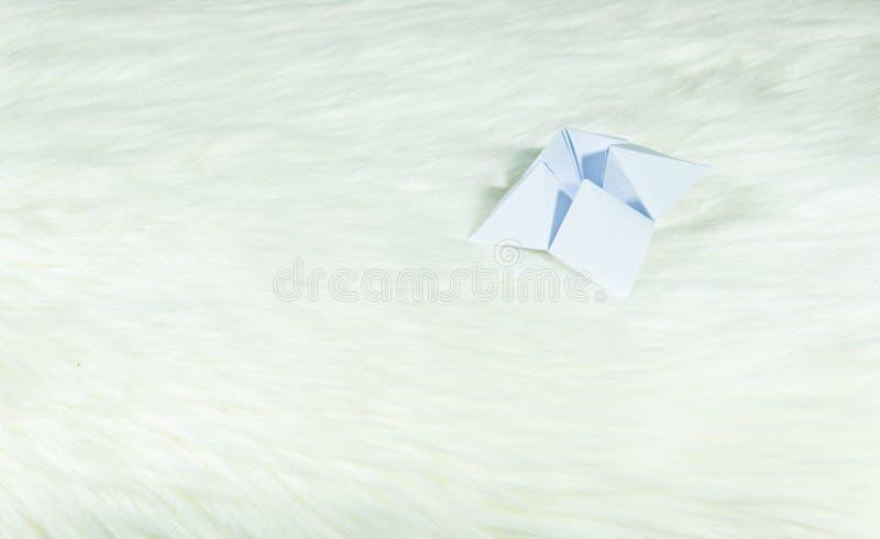 Det papper som används för att förutsäga ödet kallas PappersFortune-teller Återställning på vit päls Redo att användas för att fö royaltyfri fotografi