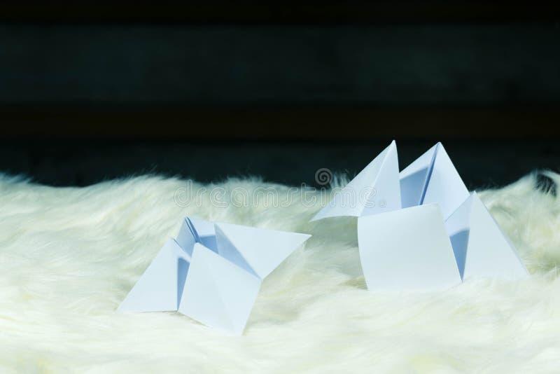 Det papper som används för att förutsäga ödet kallas PappersFortune-teller Återställning på vit päls Redo att användas för att fö royaltyfri foto