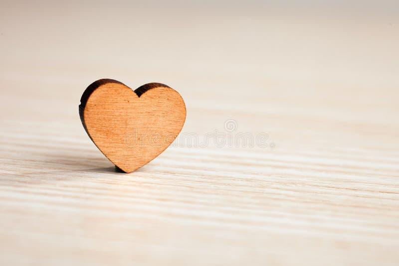 Det pappers- hålet rev sönder i hjärta Shape med gammal Wood bakgrund inom Förälskelse för dag för hälsningsvalentin` s arkivfoto