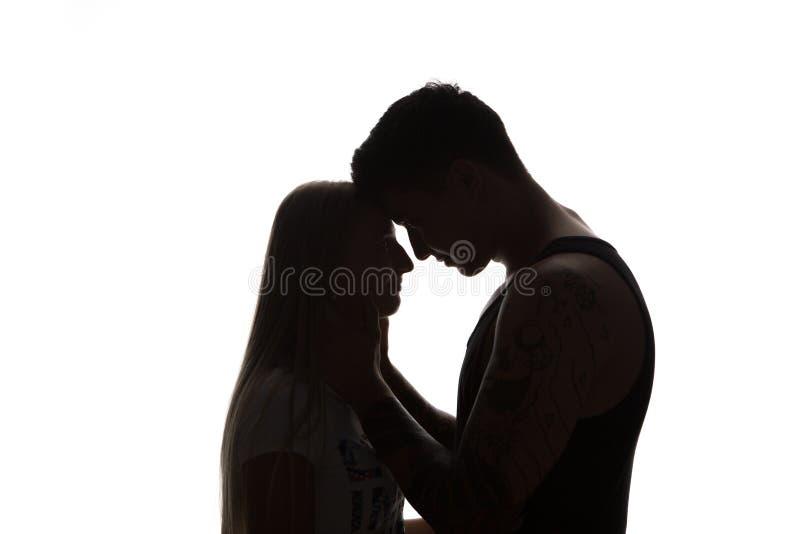 Det passionerade sinnliga attraktiva barnet kopplar ihop förälskat, halsen för mansmekningkvinnan, isolerad svartvit stående fotografering för bildbyråer