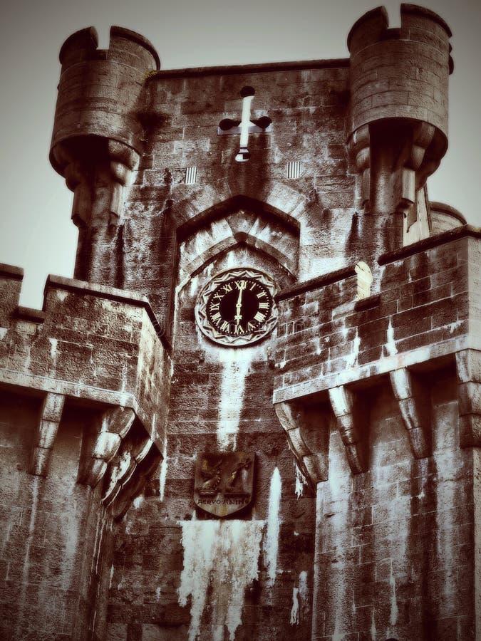Det Penrhyn slotttornet - är ett landshus i Llandygai, Bangor, Gwynedd, norr Wales, i form av en normandisk slott arkivbilder