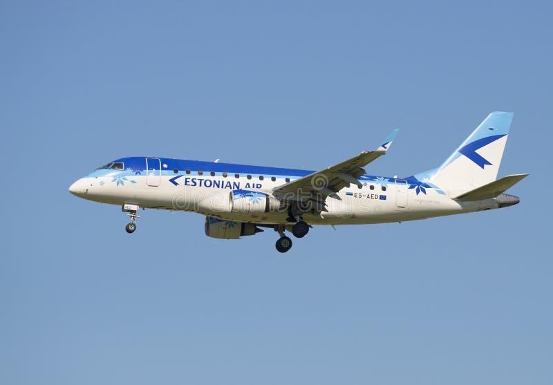 Det plana Embraer ERJ-170 (ES-AED) företaget Estonian Air, innan att landa i den Pulkovo flygplatsen fotografering för bildbyråer