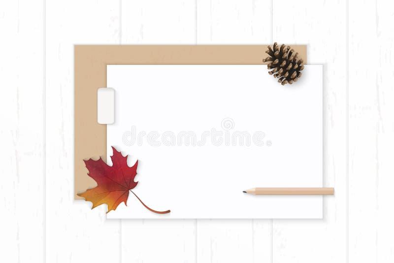 Det plana lekmanna- för sammansättningspapper för den bästa sikten eleganta vita kraft kuvertet sörjer kottehöstlönnlövet och bly royaltyfri illustrationer