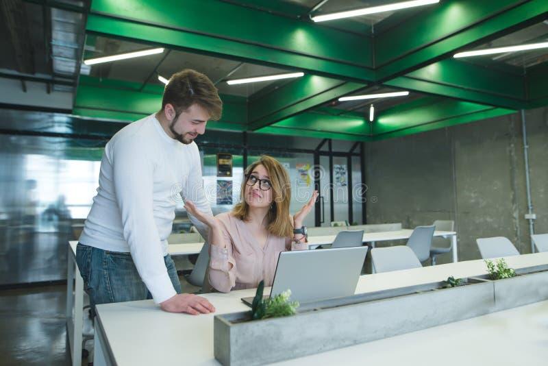 det positiva framstickandet frågar den kvinnliga kontorsarbetaren som hon bryter hennes händer Läget i kontoret arkivbild