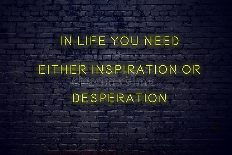 Det positiva inspirerande citationstecknet på neontecken mot tegelstenväggen i liv behöver du endera inspiration eller desperatio royaltyfri illustrationer