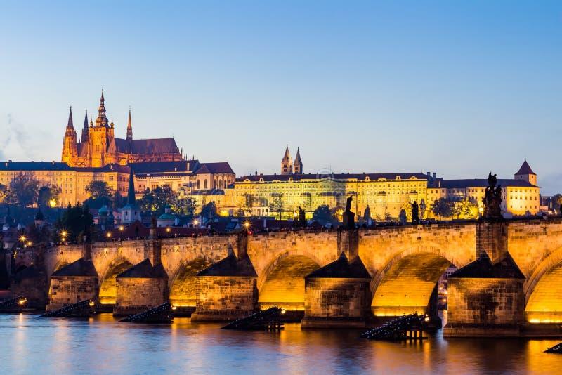 Det Prague slottet (som byggs i gotisk stil) och den Charles bron är symbolerna av tjeckisk capital som byggs i medeltida tider S royaltyfria foton
