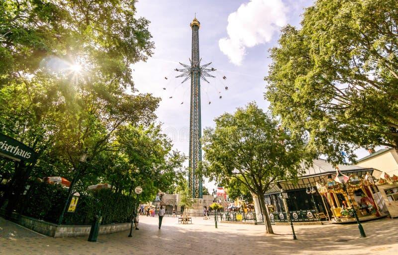 Det Prater tornet Praterturm i Prater parkerar, det är världens den högsta flygagungan med 117 meter höjd arkivbild