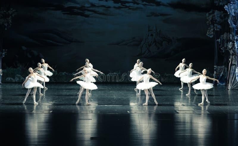 Det propert i bildande av balett-balett svan sjön arkivfoton