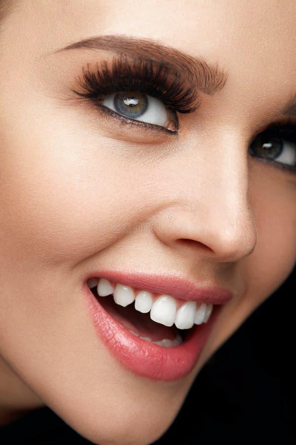 Det purpurfärgade sminket och färgrikt ljust spikar Härlig kvinnaframsida för Closeup med perfekt leende fotografering för bildbyråer