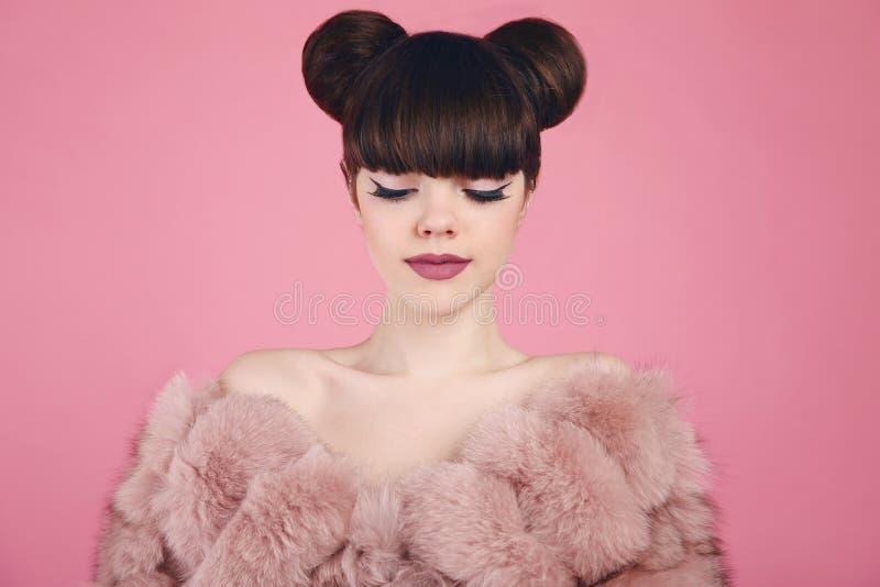 Det purpurfärgade sminket och färgrikt ljust spikar Tonårig flickamodell för mode i pälslag Brunettintelligens royaltyfri fotografi
