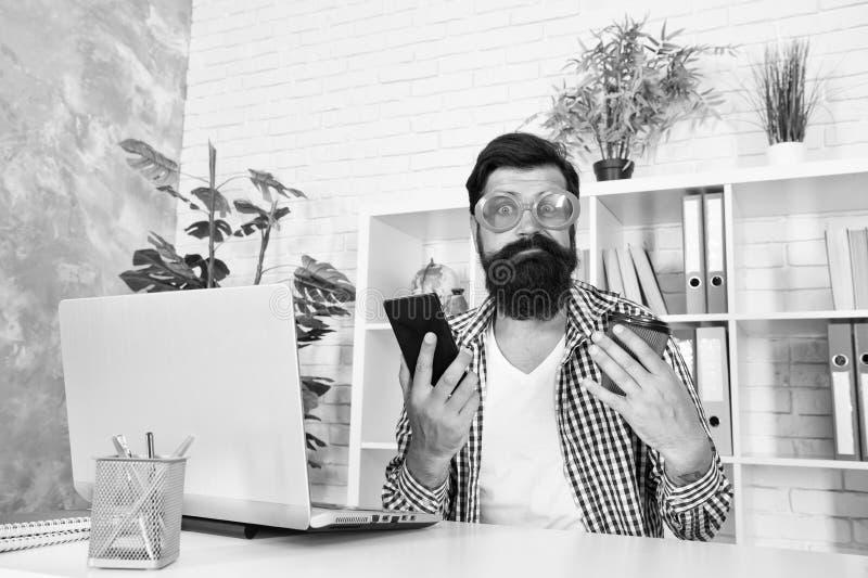 Det råder alltid brist på begåvningar En galning som ringer när han dricker kaffe Freak - hantering royaltyfria foton
