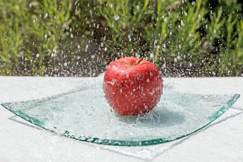 Det röda äpplet är vattenströmmen arkivbilder