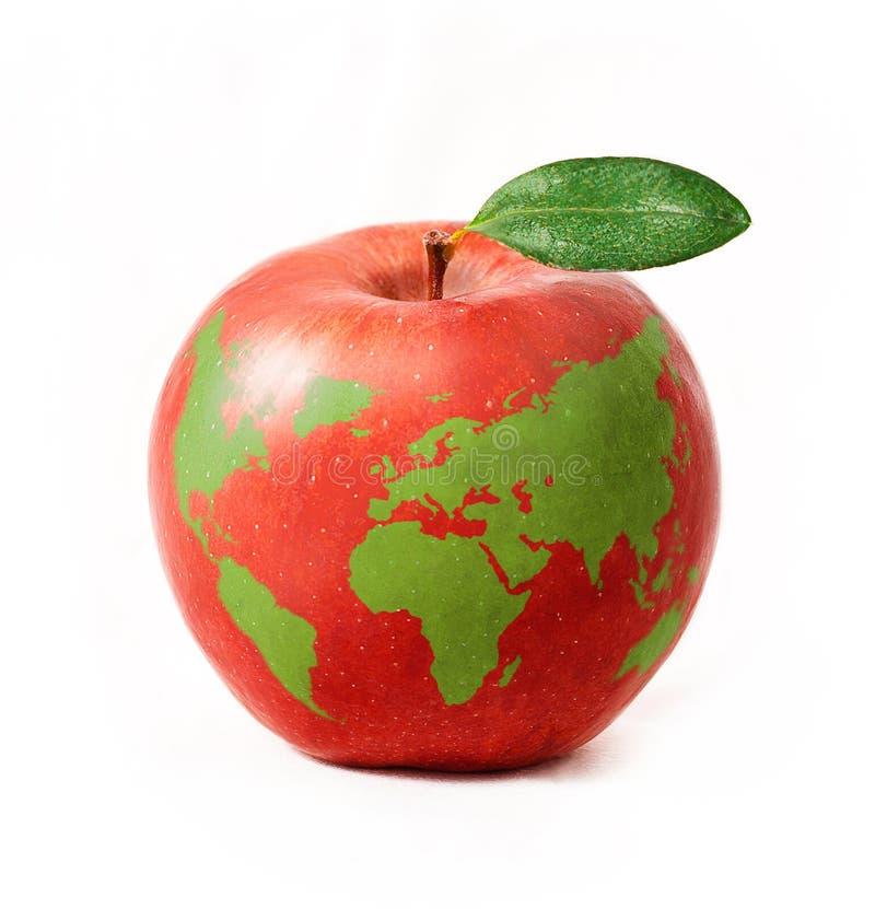Det röda äpplet med den gröna världen kartlägger, isolerat på vitbakgrund royaltyfri fotografi