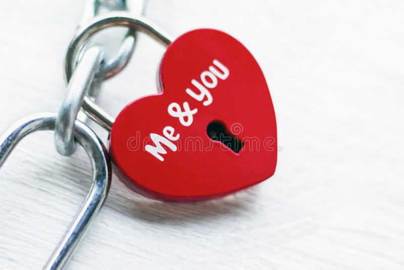 Det röda låset i form av hjärta på en järnkedja med en inskrift, mig och dig Begreppet av f?r?lskelse och f?rbindelsen romanticis fotografering för bildbyråer