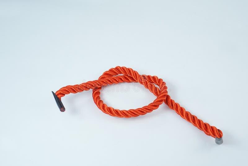 Det röda repet vet på vit bakgrund arkivbilder