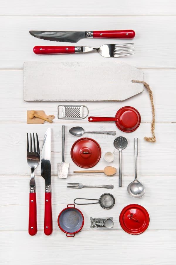 Det röda vita menykortet för restauranger med den gamla dockans kök uten royaltyfri bild