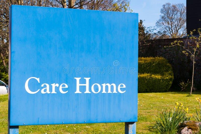 Det red ut tecknet för äldre folk 'att bry sig hem' på ingången av arkivfoton