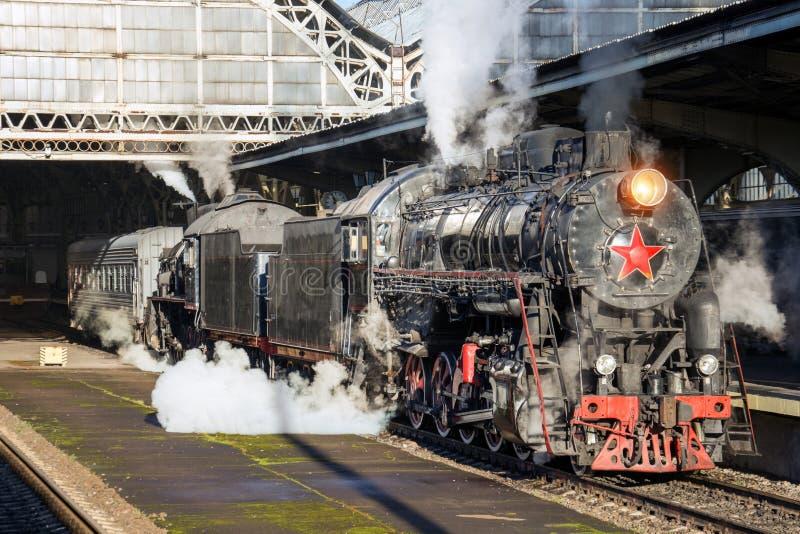 Det Retro drevet för ångalokomotivet står på järnvägsstationen arkivbilder
