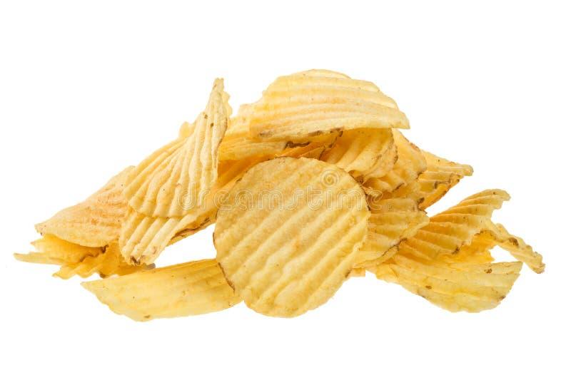 Det ribbade potatismellanmålet gå i flisor tätt upp isolerat på vit bakgrund arkivfoto