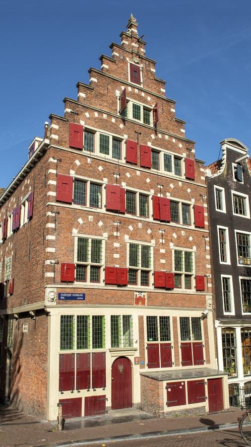 Det Riga vapensköldhuset i Amsterdam som lokaliseras på Oudezijds Voorburgwal 14 arkivbilder
