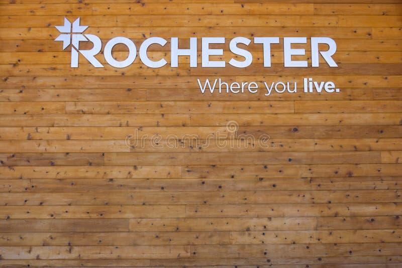 Det Rochester Michigan tecknet från kommunalt parkerar på trä royaltyfri foto