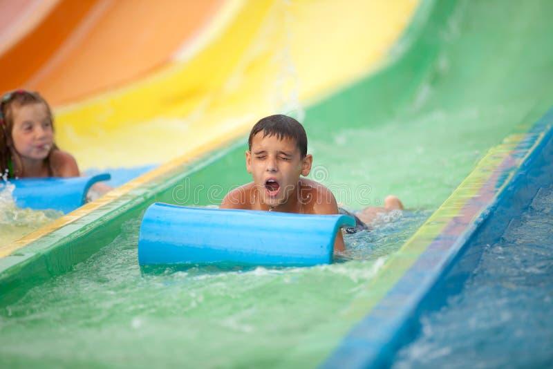 Det roliga upphetsade barnet som tycker om sommarsemester i vatten, parkerar royaltyfri foto