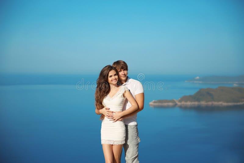 Det romantiska barnet kopplar ihop förälskat på semester Lopp semester Lyckliga nygifta personer på bröllopsresa exotisk ö royaltyfria bilder