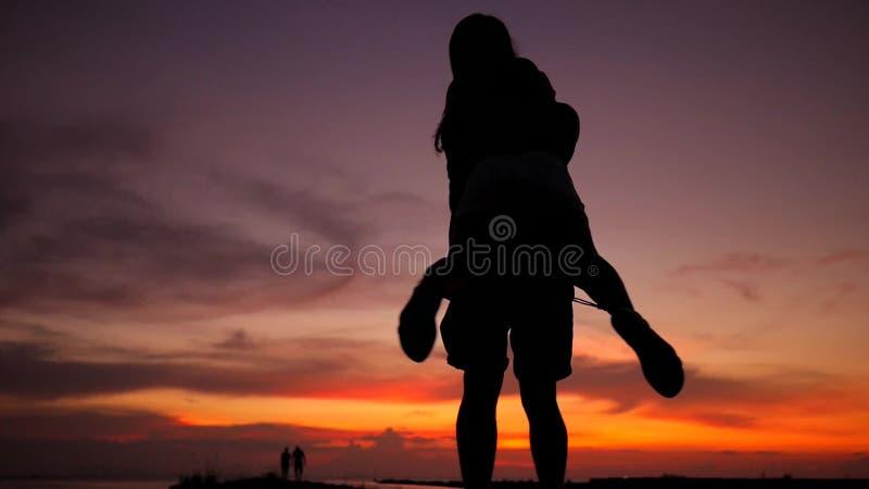 Det romantiska barnet kopplar ihop konturdansen som omkring rotera på en fantastisk solnedgång HD-ultrarapid Phangan Thailand
