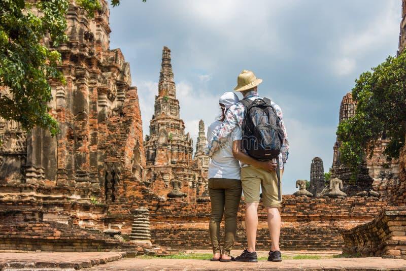 Det romantiska paret, europén och asiatet som omfamnar sig på den gamla templet, fördärvar royaltyfri foto