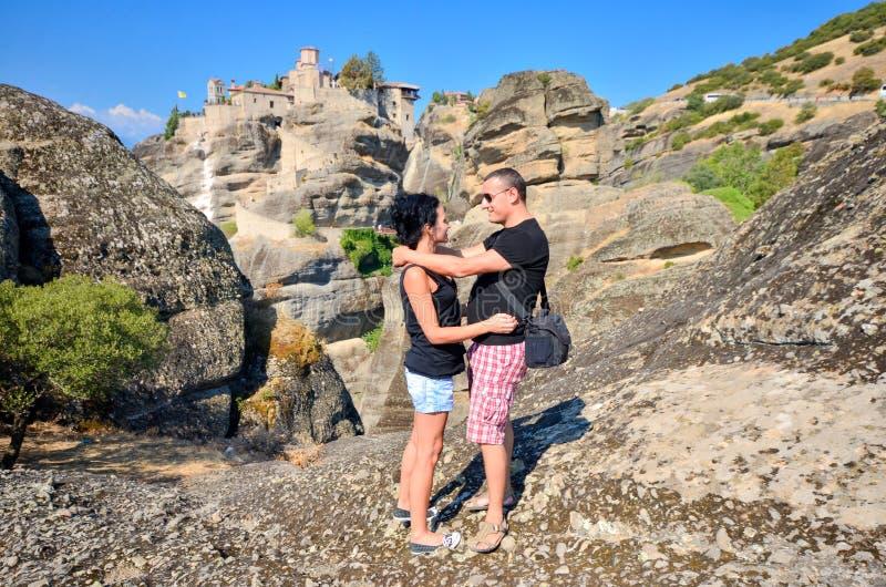 Det romantiska paret står till vaggar tillbaka i kram royaltyfri bild