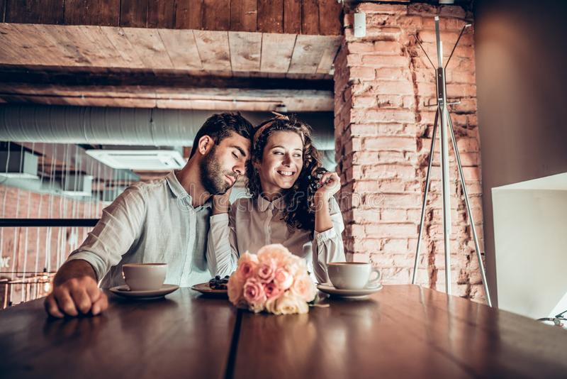 Det romantiska unga paret spenderar tid i restaurang arkivfoton